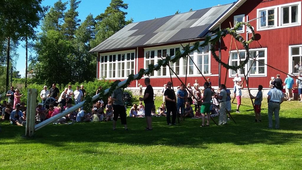 Midsommarfirande i Österå. Celebrating Midsummer in Österå.