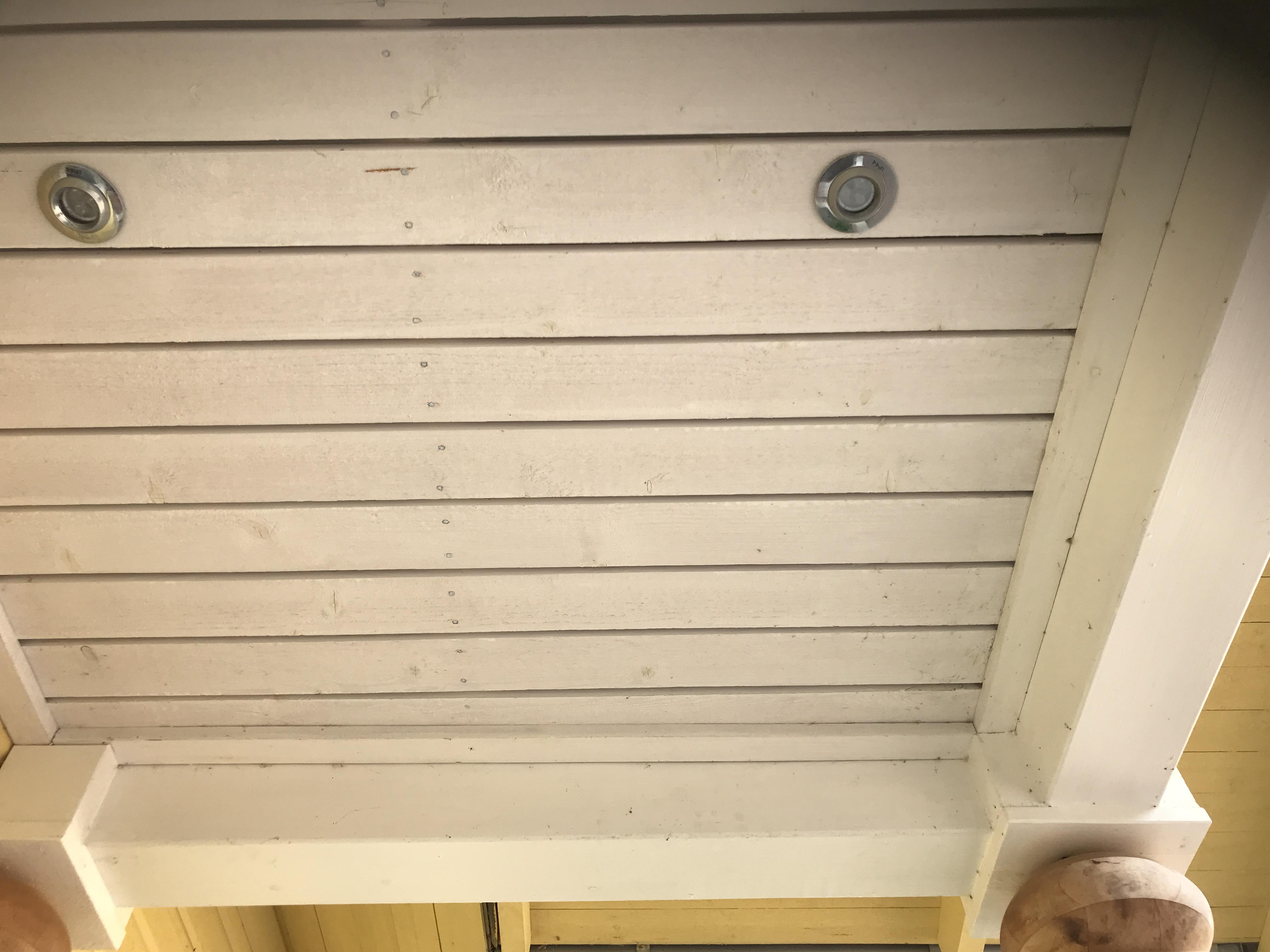 verandatak målat med vit slamfärg
