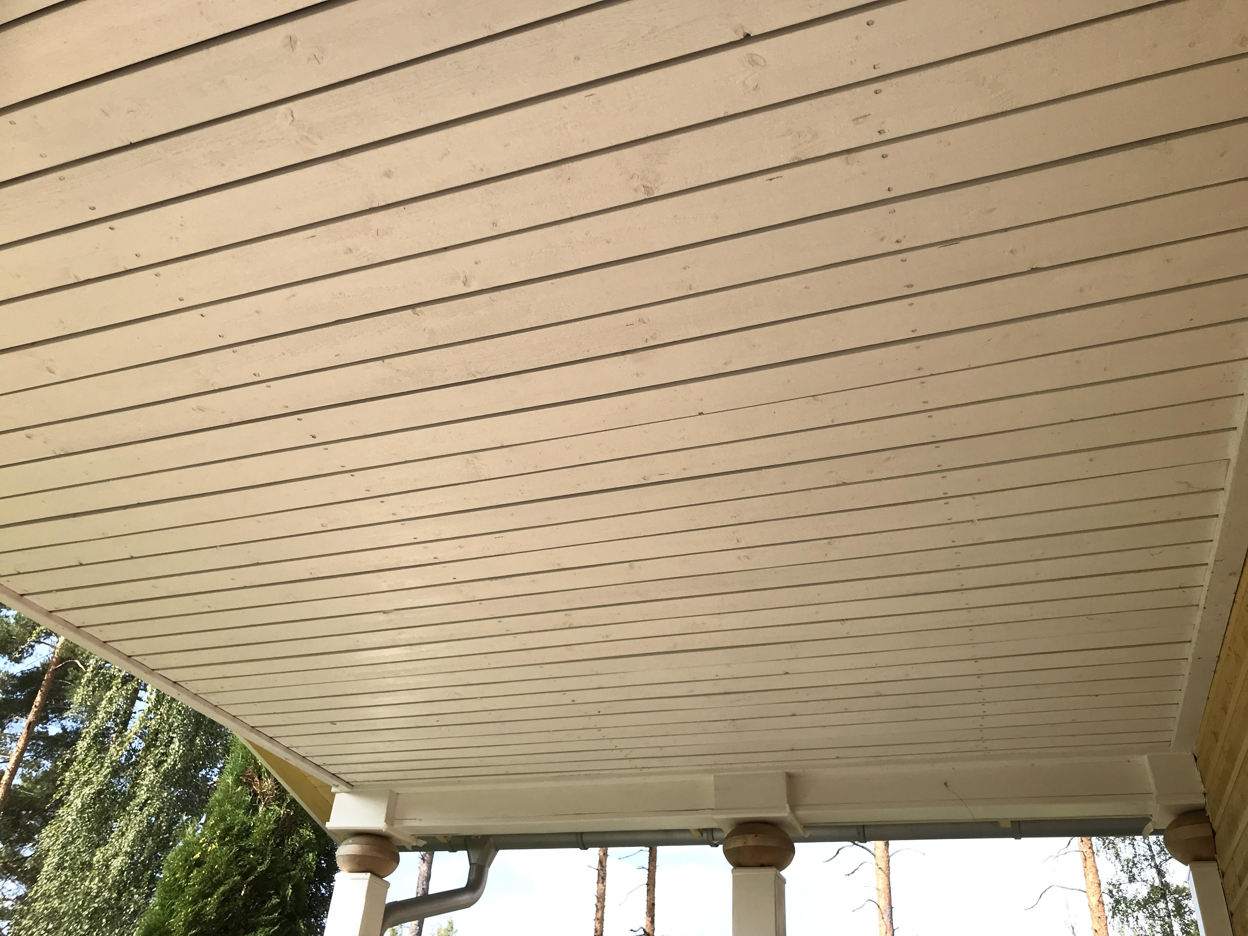 verandatak målat med tre lager vit slamfärg.
